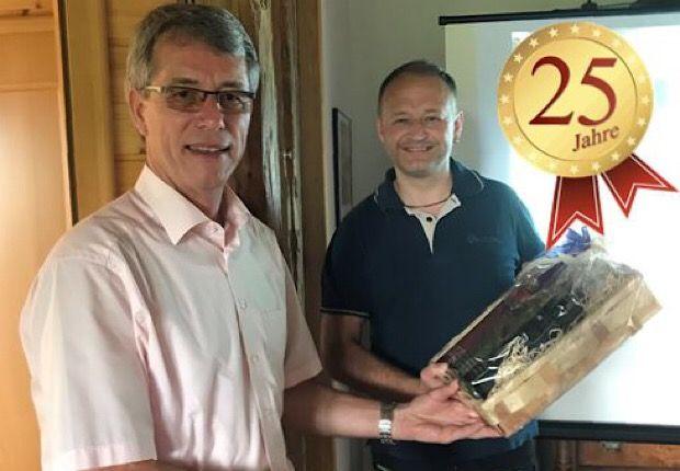 Mitarbeiter feiert 25-jähriges Jubiläum – Herzlichen Glückwunsch!